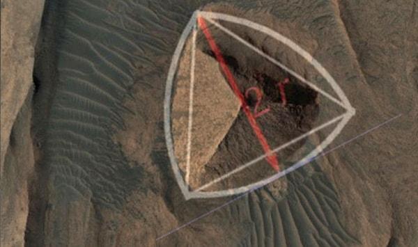 на марсе есть треугольная пирамида