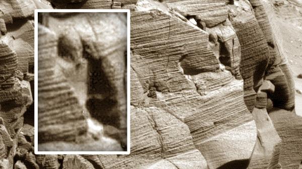 скульптура в скале на марсе
